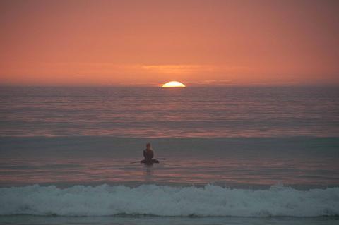 girl_watching_capetowns_sunset_480_wide.jpg