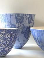 4.4 Delft and white earthenware bowls glazed with lace.