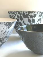 4.9  Black and white and black earthenware bowl glazed with lace.