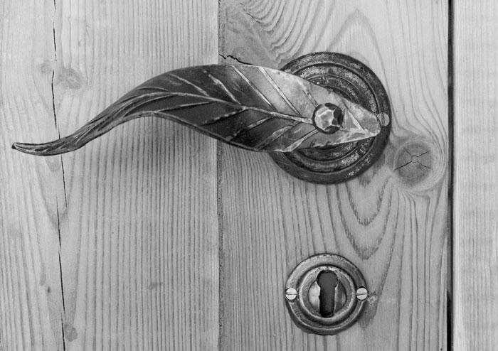 Leaf door handle wih escutcheon plate
